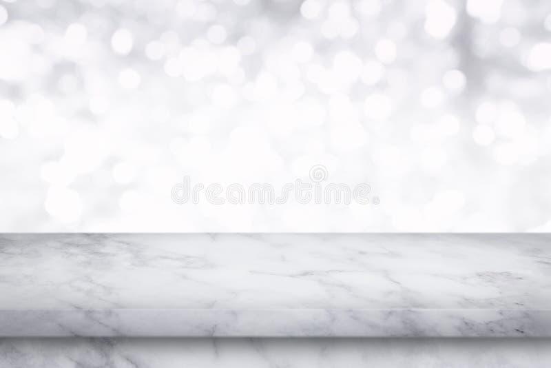 Svuoti la tavola di marmo bianca sul fondo bianco del bokeh fotografia stock