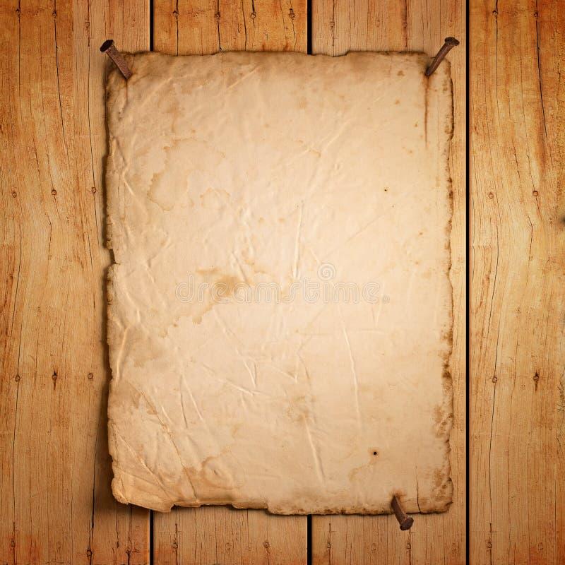 Svuoti la vecchia carta con i chiodi arrugginiti su legno royalty illustrazione gratis