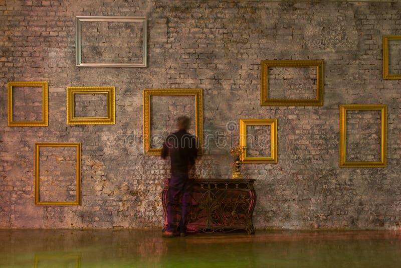 Svuoti le cornici sul muro di mattoni fotografie stock for Cornici muro