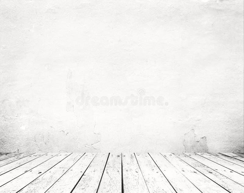 Svuoti un interno bianco di stanza d'annata - muro di cemento grigio di lerciume e vecchio pavimento di legno immagine stock
