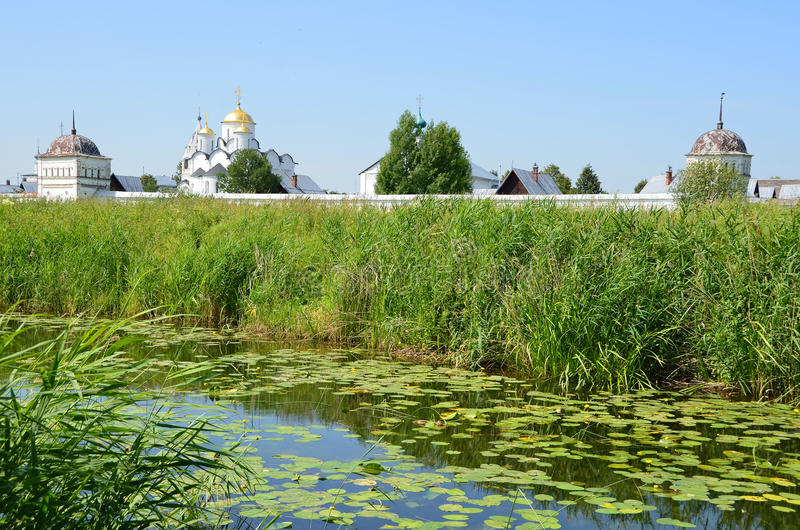 Svyato-Pokrovsky kloster i Suzdal guld- cirkel russia royaltyfri bild