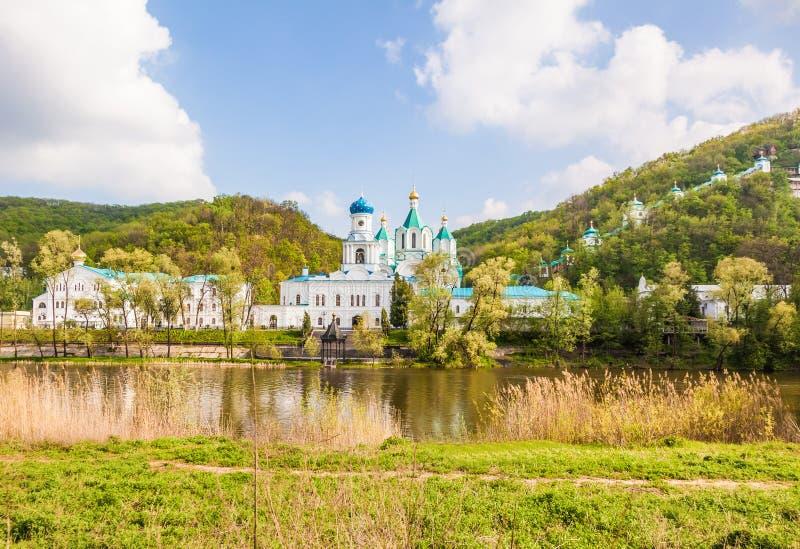 Svyatogorsk修道院风景在森林 免版税库存图片