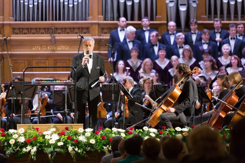 Svyatoslav Belza anuncia a la orquesta sinfónica imagenes de archivo