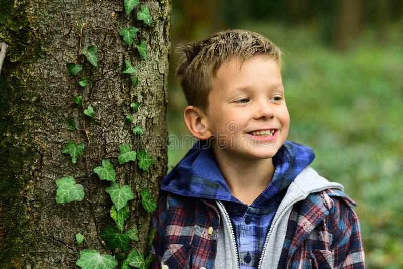 Swój właśnie zabawa Chłopiec zabawę plenerową Chłopiec cieszy się zabawa czas w parku Cieszyć się małe zabaw rzeczy śmieszny zdjęcie stock
