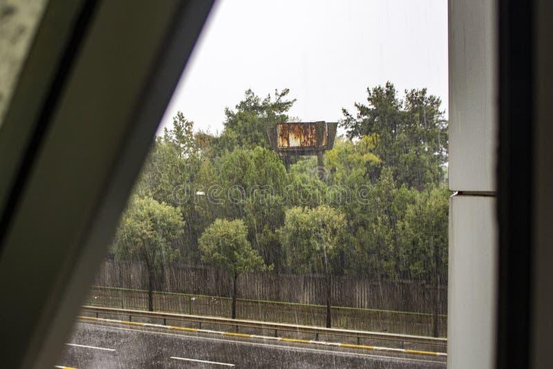 Sw?j dzie? przy nadokiennym scane rainly fotografia royalty free