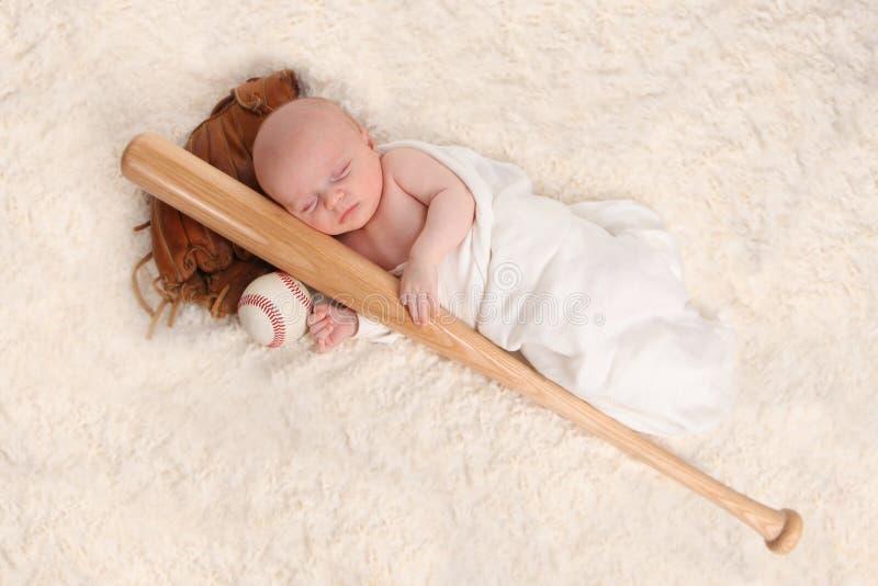 Swaddled schlafendes Baby mit einem Baseballschläger lizenzfreies stockbild