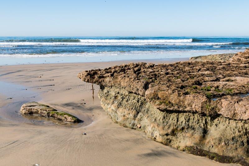 Swami ` s plaża przy Niskim przypływem Z Skalistą rafą Zakrywającą pąklami obraz royalty free