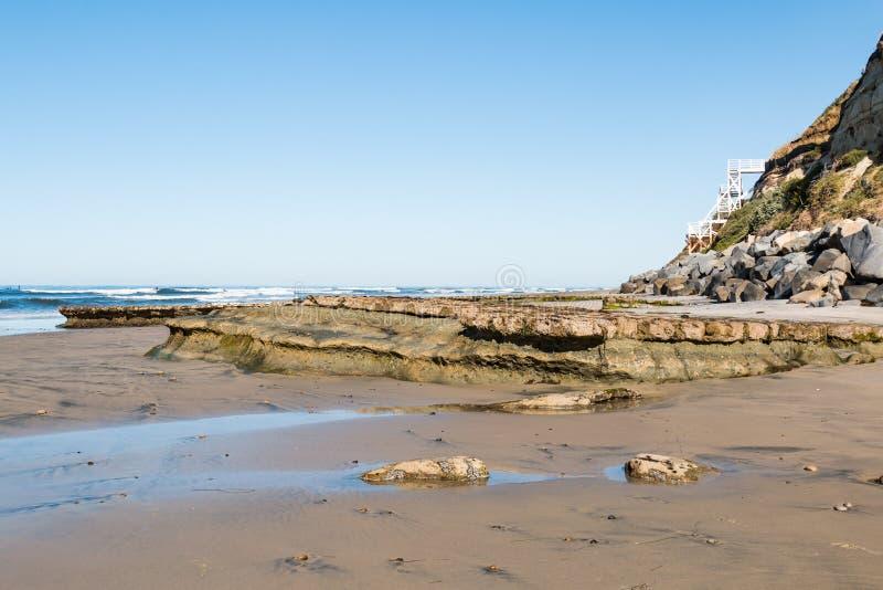 Swami ` s plaża w Encinitas Z Skalistym rafy i plaży Dojazdowym schody obraz stock