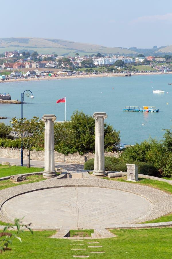 Swanage Dorset Anglia UK z i widok nad ten popularnym południowe wybrzeże nadmorski miasteczkiem amphitheatre i park zdjęcia stock
