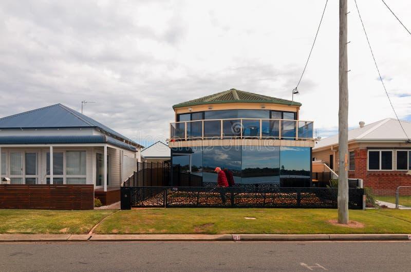 Swansea Australien stadgata med hus och hyreshus royaltyfria bilder