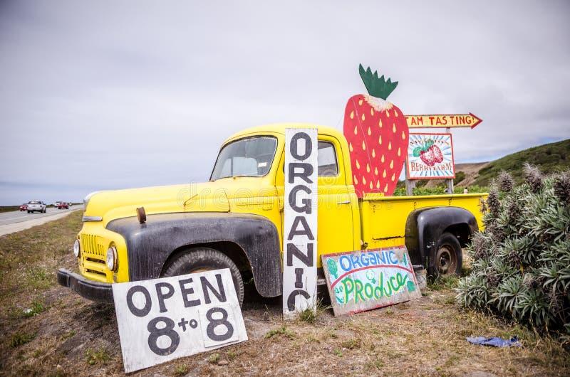 SWANTON, CA: Alter LKW auf Anzeige beim Swanton Berry Farm, ein organischer Bauernhof der U-Auswahl Erdbeerentlang dem Pazifik stockfotos