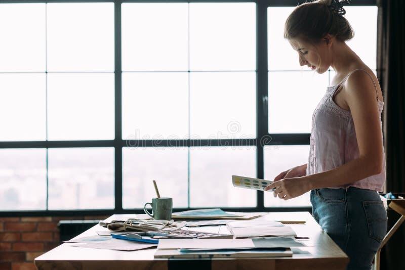 Swatch χρώματος γυναικών έμπνευσης χρωμάτων τέχνης εργαστήριο στοκ εικόνα με δικαίωμα ελεύθερης χρήσης