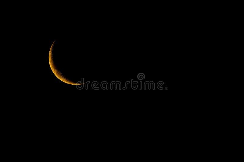 SWaxing-Halbmond, schöner gelber Mond mit schwarzem Hintergrund stockfotos