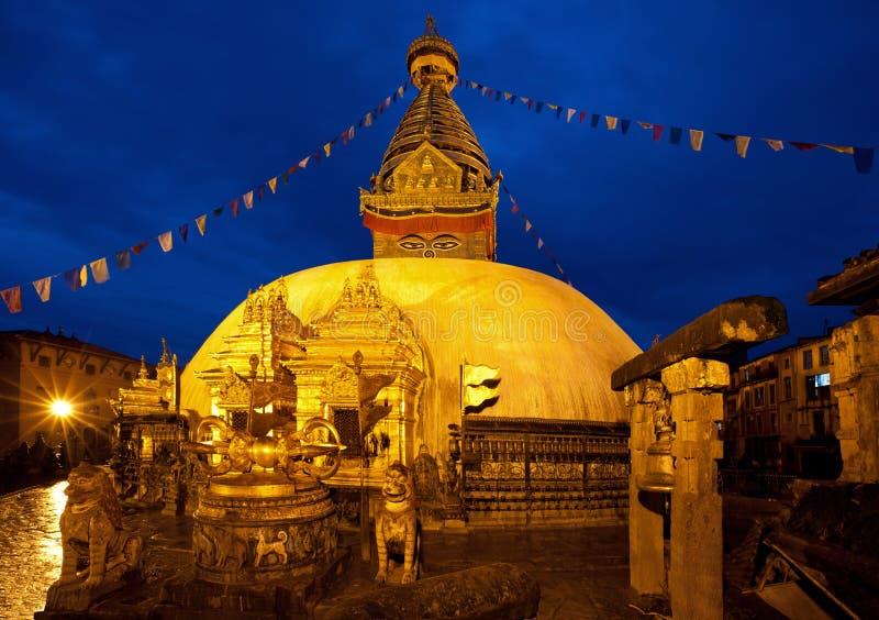 从Swayambhunath寺庙射击的夜在加德满都 库存照片