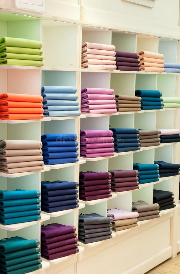 Sweaters en truien in winkel stock afbeelding