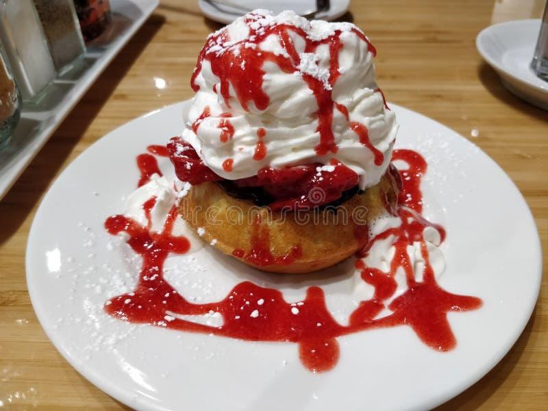 Sweet Strawberry Pancake em Café fotos de stock