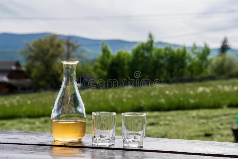 Sweet yellow honey wine meade in beautiful mountain landscape Aspetti per bere immagini stock libere da diritti