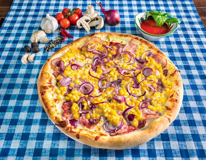 Sweetcorn i czerwonej cebuli pizza zdjęcie stock