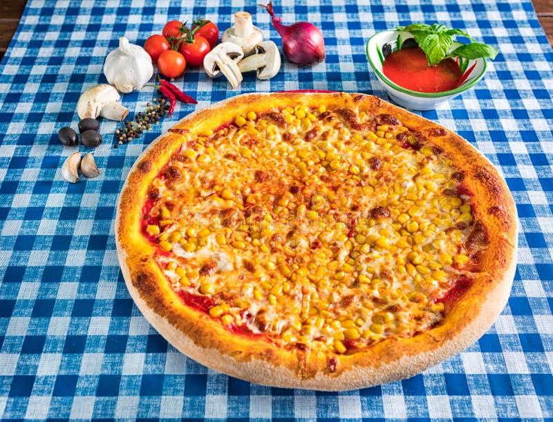 Sweetcorn pizza z serem zdjęcia stock