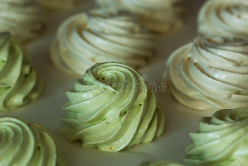 Sweetmarshmallow hecho en casa delicioso en un fondo blanco imágenes de archivo libres de regalías