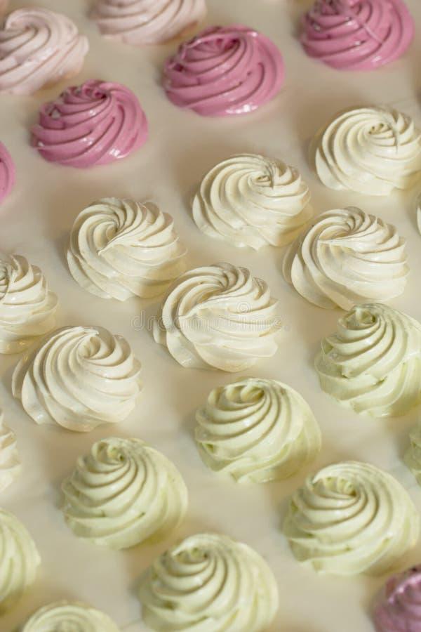 Sweetmarshmallow hecho en casa delicioso en un fondo blanco imagen de archivo libre de regalías