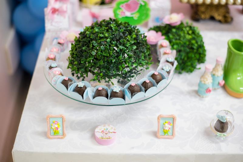Sweets and decoration on the table - Children& x27;s birthday garden theme stock images