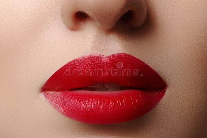 sweets pocałunek Zakończenie kobiet wargi z mody czerwieni makijażem Piękny żeński usta, pełne wargi z perfect makeup fotografia royalty free
