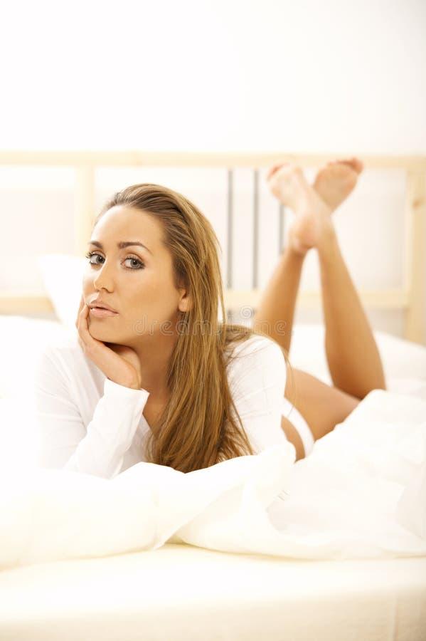 Sweety na cama foto de stock royalty free