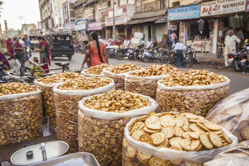 Sweety y galletas saladas de Jamnagar, la India fotos de archivo