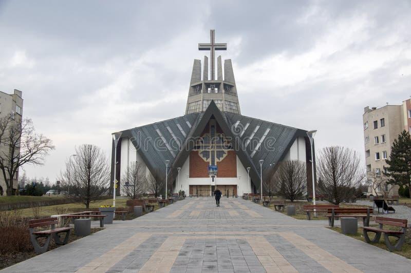Swidnica/Polen - 31. März 2018: Moderne Kirche Marii Panny Krolowej in der Wohnsiedlung in den Stadtränden der Stadt stockbilder