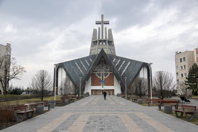Swidnica/Polonia - 31 marzo 2018: Chiesa moderna Marii Panny Krolowej nell'insediamento nelle periferie della città immagini stock