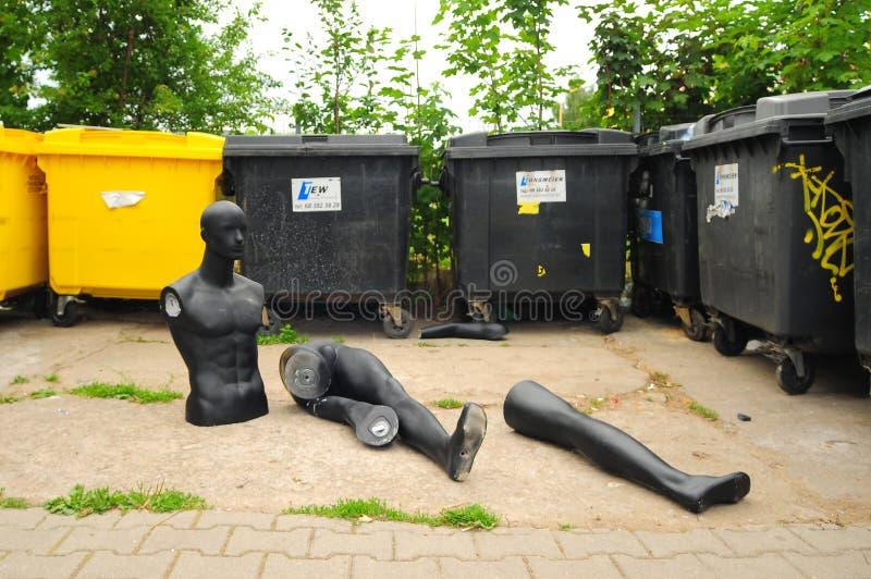 Swiebodzin, Polônia, em setembro de 2018 peças do manequim no contentor, lixo, desperdícios imagem de stock