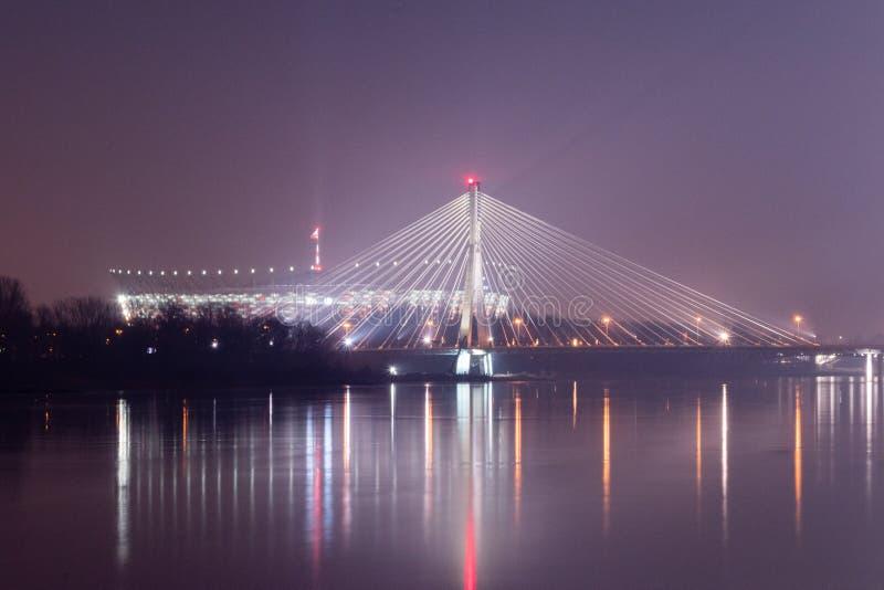Swietokrzyski most i Krajowy stadium przy nocą w Warszawa, Polska obraz stock
