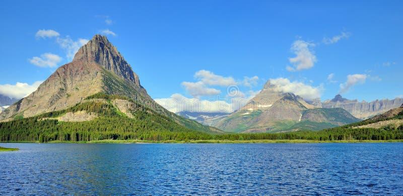 Swiftcurrent sjö i det höga alpina landskapet på den Grinnell glaciärslingan, glaciärnationalpark, Montana royaltyfria bilder