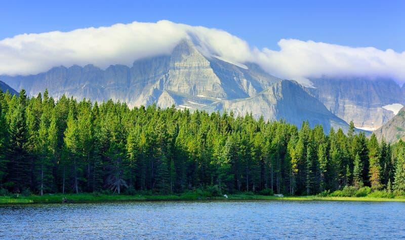 Swiftcurrent sjö i det höga alpina landskapet på den Grinnell glaciärslingan, glaciärnationalpark, Montana arkivfoto