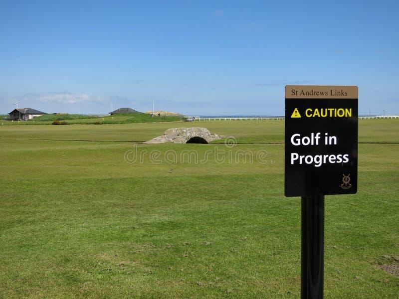 Swilken most i ` Ostrzegamy, Grać w golfa, w toku ` - znak zdjęcia stock