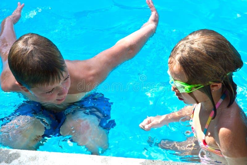 Swim-Lektion/Junge und Mädchen stockfoto
