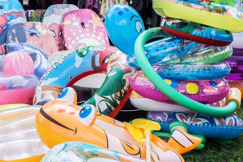 Swimbelts coloridos para crianças no lago Balaton imagens de stock royalty free