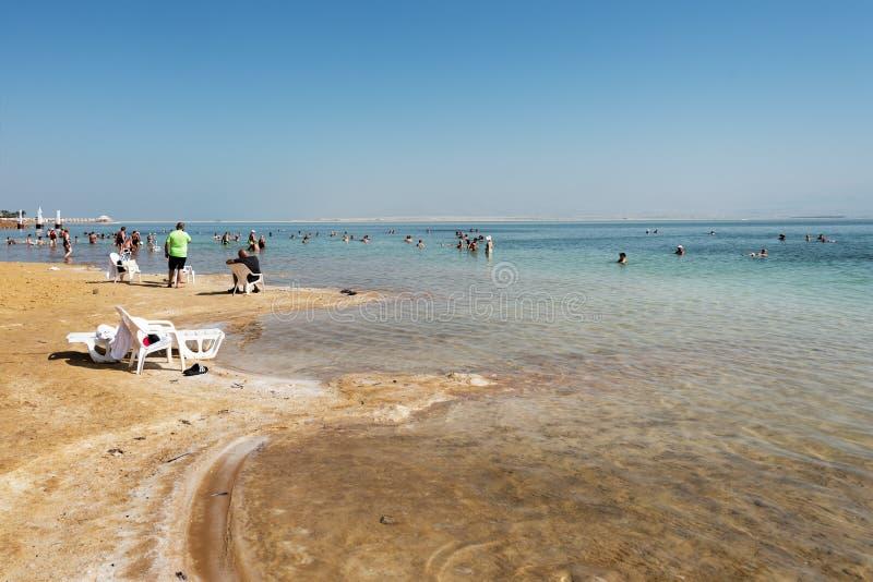 Swimers no Mar Morto, Ein Bokek, Israel fotos de stock