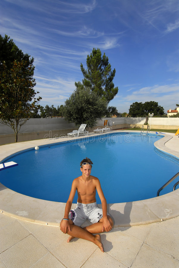 Download Swimingpool Junge stockfoto. Bild von spaß, abschluß, liebe - 9086368