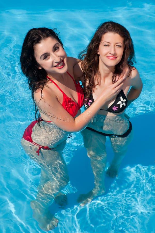 Swimming-pool φίλοι στοκ εικόνες με δικαίωμα ελεύθερης χρήσης