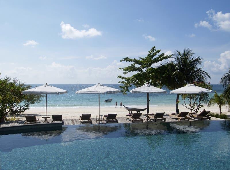 Swimming-pool e praia foto de stock royalty free