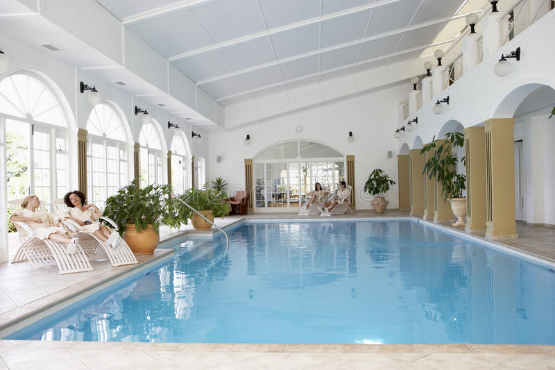 Swimmingpool am Badekurort stockbilder
