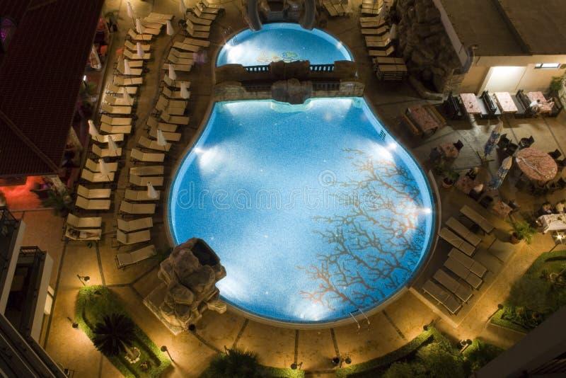 Swimmingpool bis zum Nacht lizenzfreies stockfoto