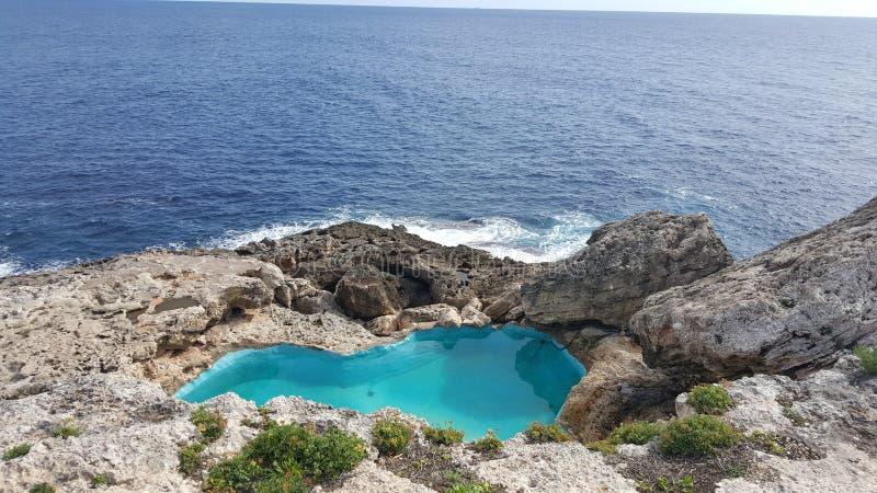 Swimmingpool in Cala D'or lizenzfreie stockfotos