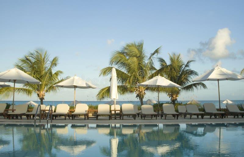 Swimmingpool an der Luxuxrücksortierung stockfotos