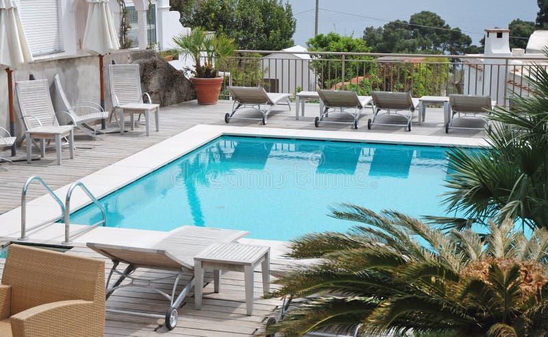 Swimmingpool des Luxuxlandhauses stockbilder
