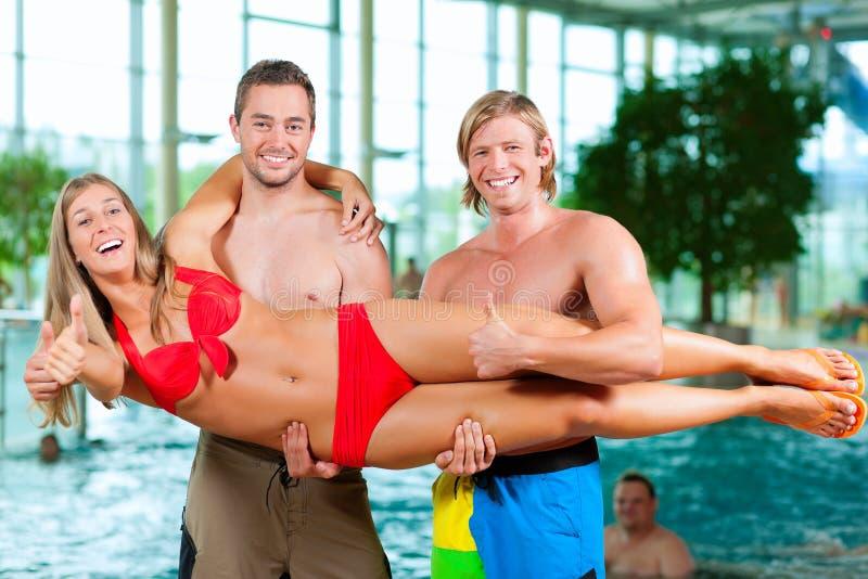 Swimmingpool drei Freunde öffentlich stockfoto