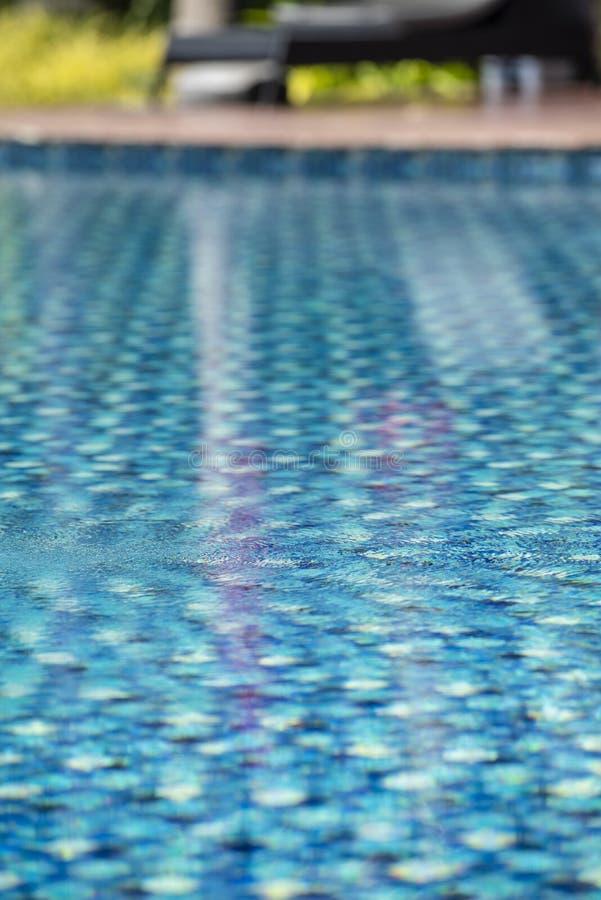 Swimmingpool in einem Hotel mit klarem und sauberem blauem Wasser stockbild