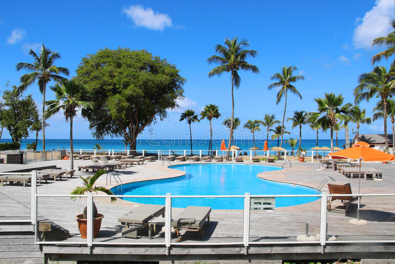 Swimmingpool am Erholungsort, Guadeloupe stockbild
